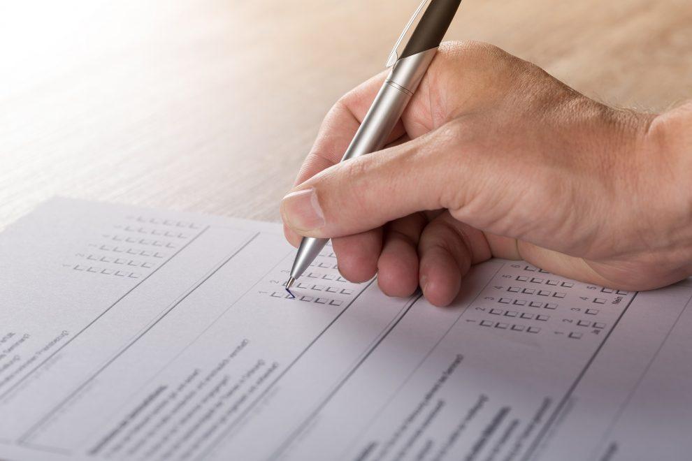 Un auditor NADCAP segna su un foglio le conformità nel corso di un audit.