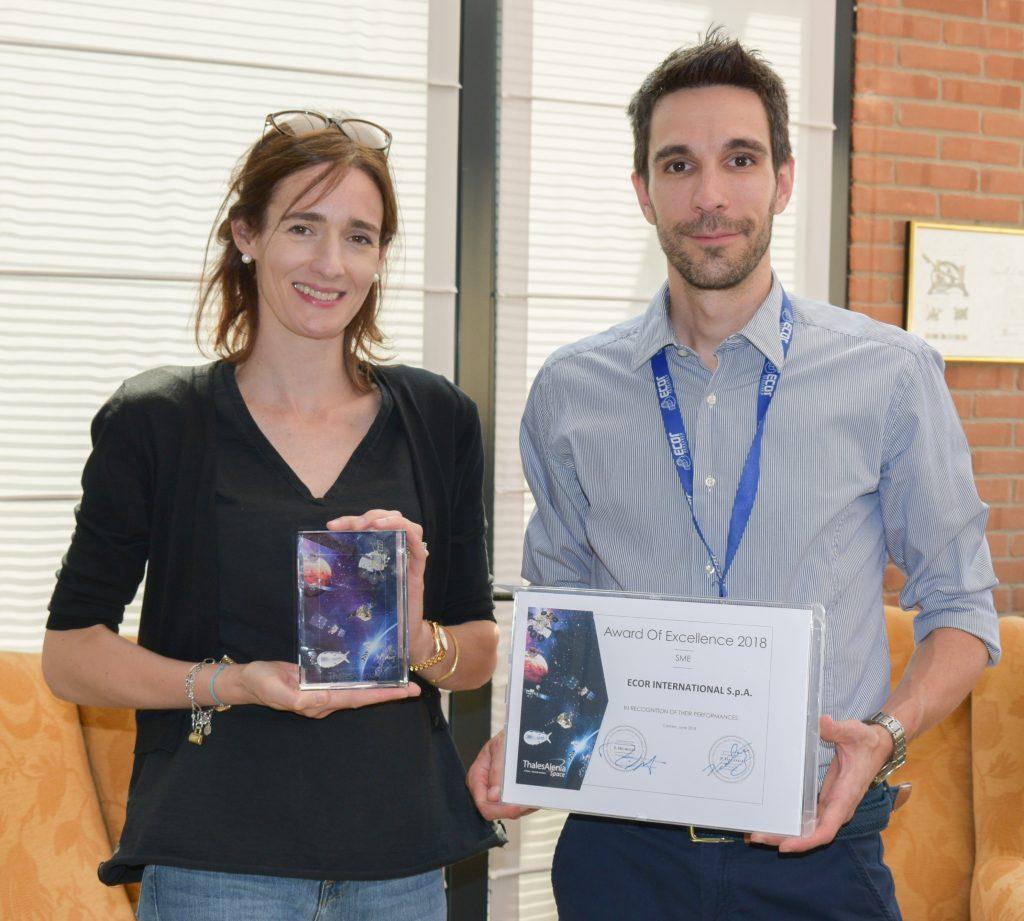 Chiara Lucietto, Business Director e Rinaldo Rigon, Product & Project Manager con il premio ricevuto da Thales Alenia Space.
