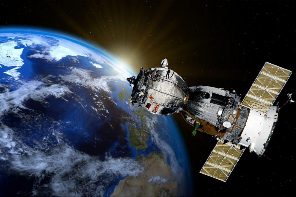 Un satellite orbita attorno alla terra: Ecor International realizza coponenti per questo settore