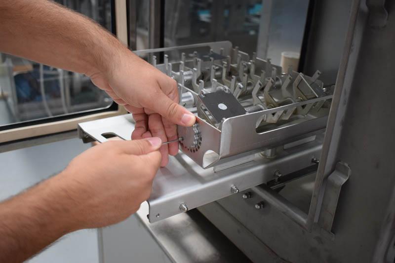 Un tecnico specializzato esegue un test per l'analisi delle superfici alimentari.