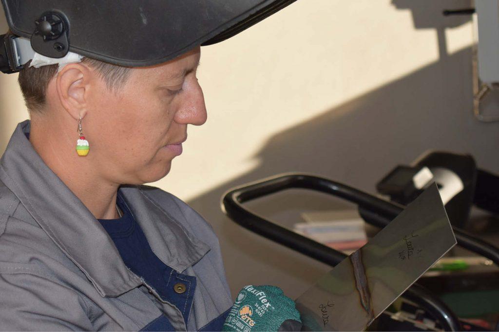 Una donna mentre impara il mestiere del saldatore. In Ecor International stanno aumentando le quote rosa in azienda.