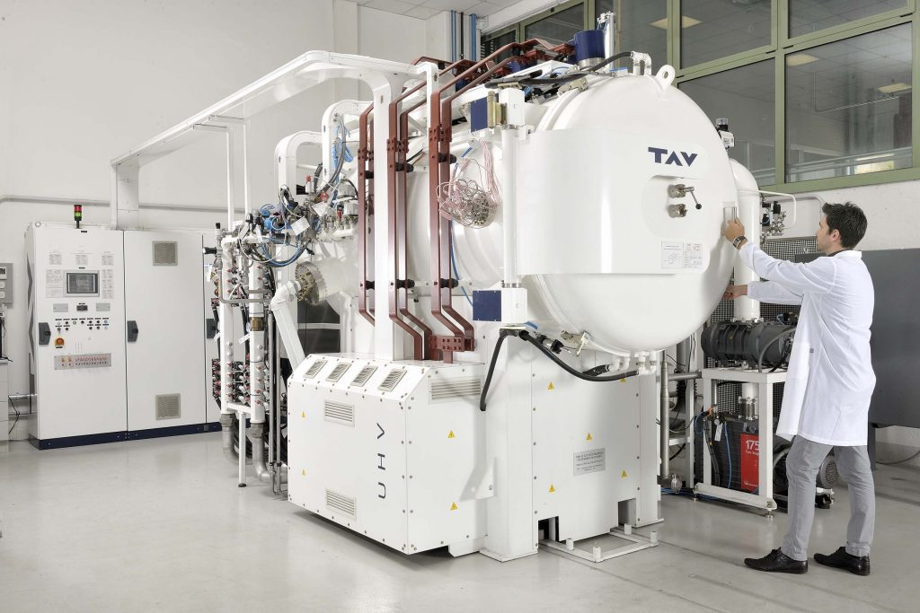 Il forno ad alto vuoto di Ecor International, che produce componenti saldati per mezzi spaziali.