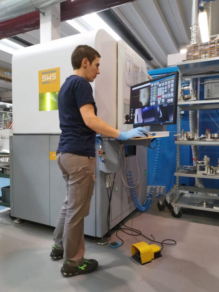 """Un addetto di Ecor International esegue delle prove di saldatura laser automatica per il progetto """"GAP"""" volto a realizzare componenti più leggeri per i trasporti."""