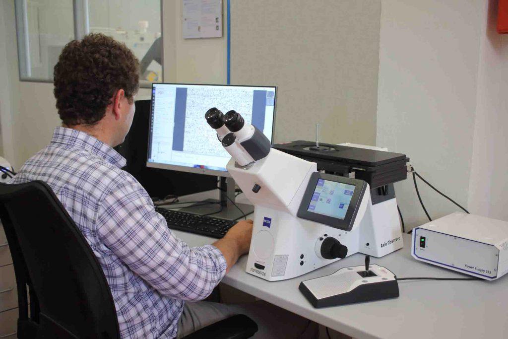 Il microscopio metallografico utilizzato per i testi sui rivestimenti antiusura